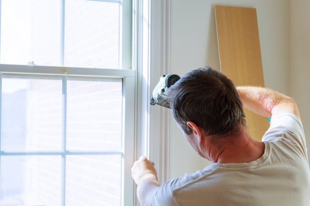 Faire appel à un professionnel pour la pose des fenêtres.