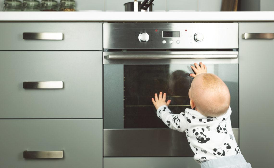 Sécurité enfant : 7 accessoires indispensables à la maison